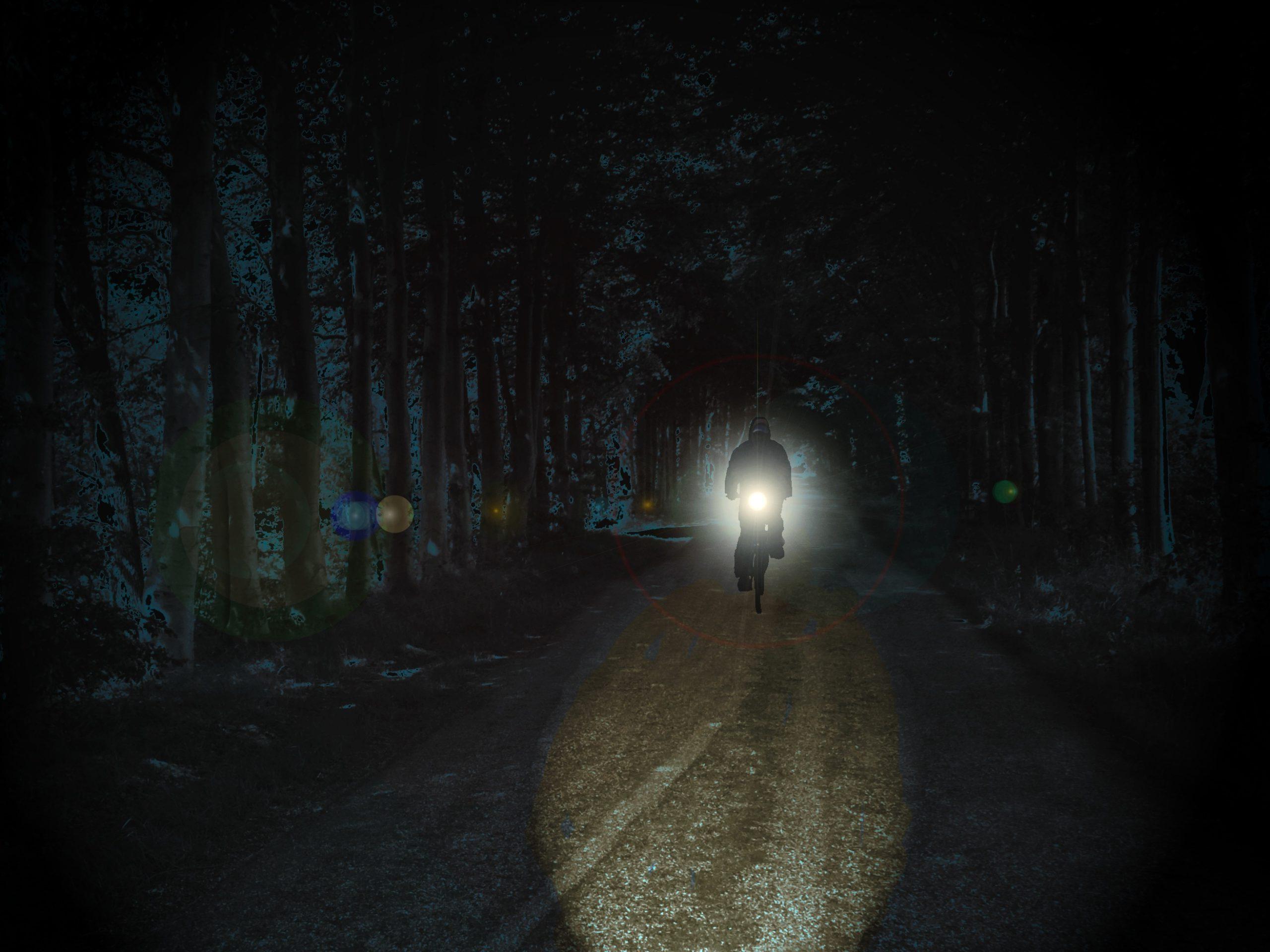 E-Bike Fahrer mit Licht in der Dunkelheit