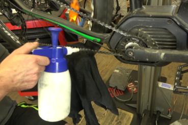 Reinigungsmittel wird auf eine Fahrrad Kette gesprüht