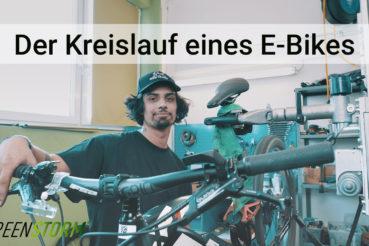 Fahrrad Mechatroniker an einem E-Bike